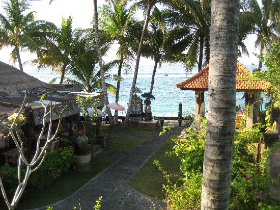 Anom Beach Inn Bungalows: Blick vom Balkon des Sea View Jineng