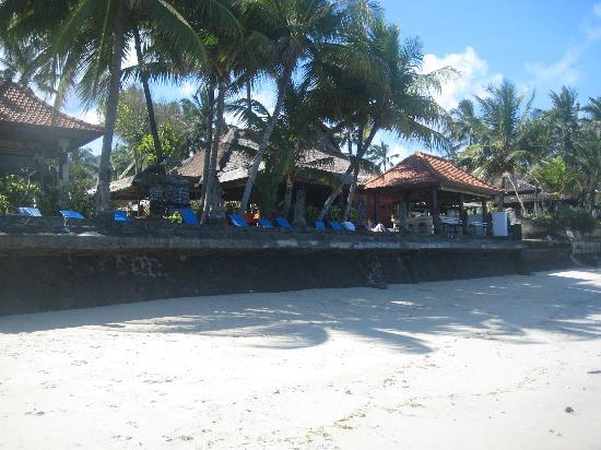 Anom Beach Inn Bungalows: Der Strand bei Ebbe
