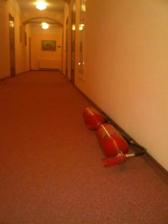 Aurora Hotel: Dusty fire extinguishers - lays quite some time there