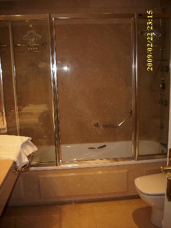 Gran Hotel Velazquez: baños amplios