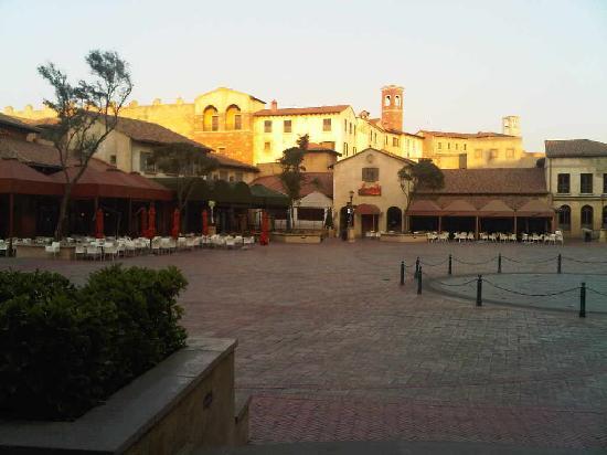 SunSquare Montecasino: vue extérieure de la place centrale