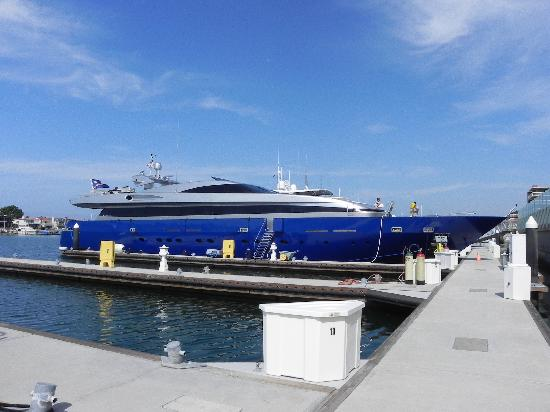 Balboa Bay Resort: un des yachts amarrés devant l'hôtel