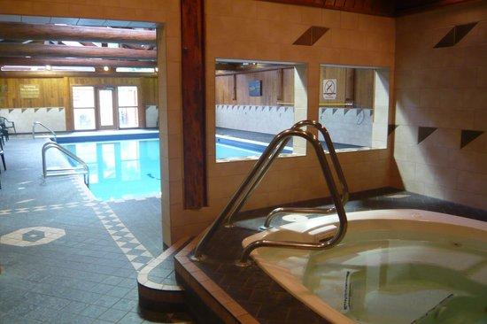 Tigh-Na-Mara Resort: Pool and hot tub in pool house