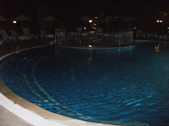 Asur Hotel & Aparts & Villas: around the pool at night