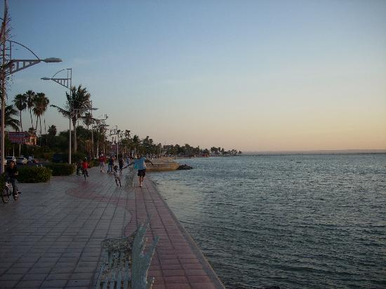 Posada Colibri: El Malecon, the wide sidewalk on the waterfront enjoyed by everyone.