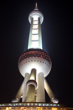 ‪شنغهاي, الصين: Shanghai's Pearl Tower an night.‬