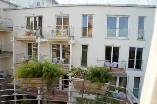 Color Hotel: Blick vom Balkon des Zimmers