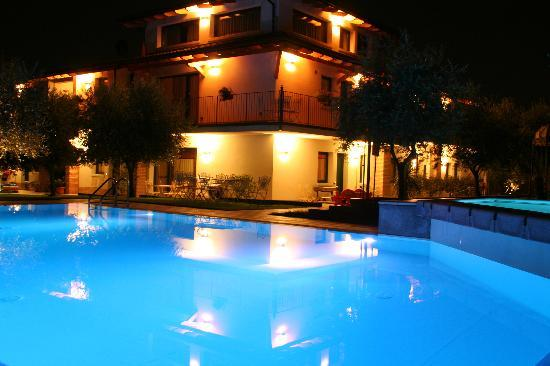 Residence Capa Lion del Cacciatore: Notturno in piscina