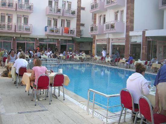 Hanedan Beach Hotel: Breakfast by the pool