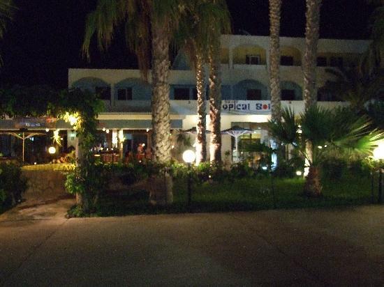 Tropical Sol: Hotel at night