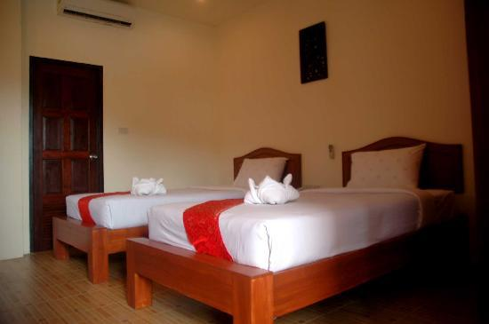 Chandee Guesthouse: twin bed room