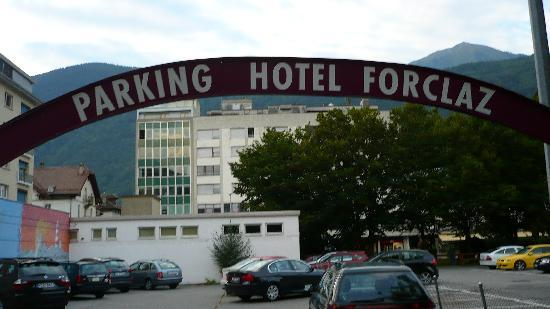 Hotel Forclaz-Touring: Ample private and public parking at rear of Hotel