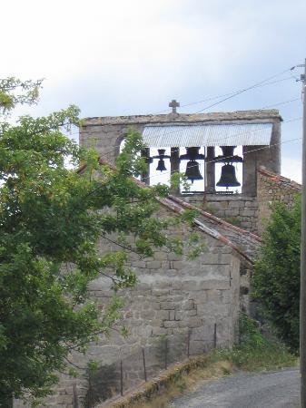 Vazeilles-pres-Saugues, França: Vue sur le clocher depuis le village de Vazeilles-près-Saugues