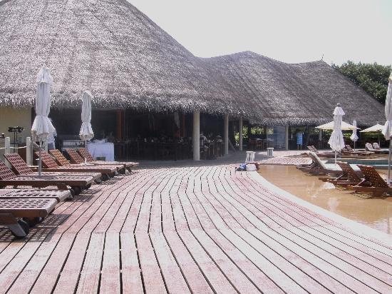 J Resorts Alidhoo: waves resturant at the pool area