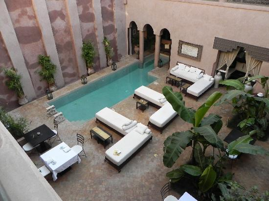 Riad Noir d'Ivoire: The pool/dining area