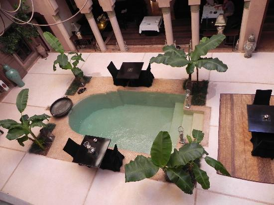 Riad Noir d'Ivoire: another pool and lounging/dining area