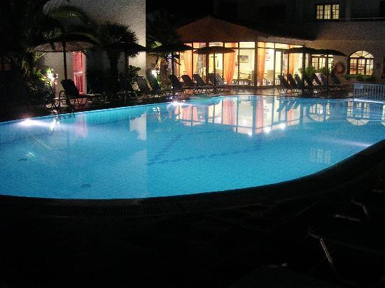 Roda Garden Village: The Pool at Night