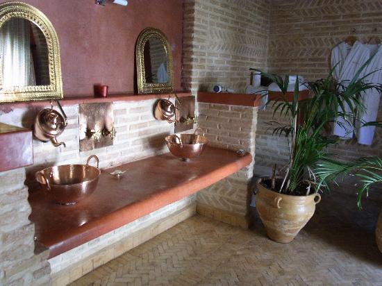 Riad Laaroussa Hotel and Spa: Riad Laaroussa - Rotes Zimmer mit fantasievollen Armaturen