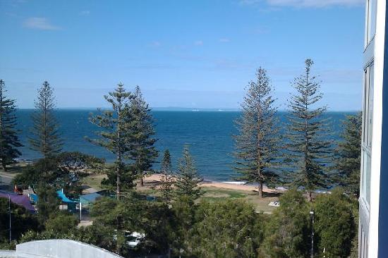 Scarborough Beach Resort: Balcony view accross the bay to moreton island