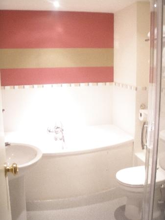 The Townhouse Hotel: bathroom... (bright huh?)