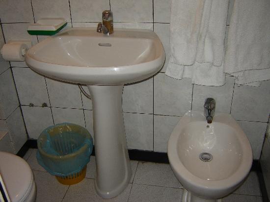 muffa nel bagno - Picture of Hotel Villa Chiara, Finale Ligure ...