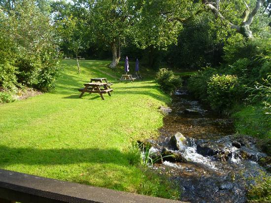 Bearslake Inn: Garden and Stream
