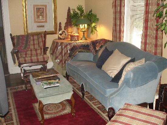 Trenthouse Inn Bed and Breakfast: The parlor