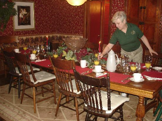 Trenthouse Inn Bed and Breakfast: Mariann in the dining room