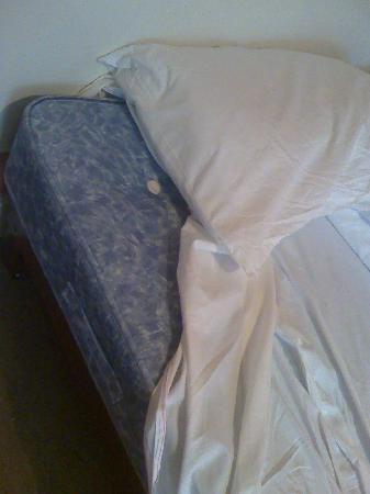 Gresham Hotel: bed (no mattress cover)