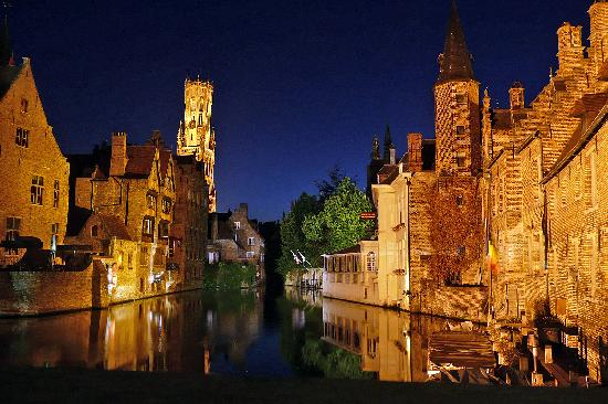 Hotel Bourgoensch Hof : This is a view of the hotel at night