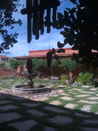 Sonoita, อาริโซน่า: Beautiful central courtyard with fountain and outdoor fireplace. Great for enjoying a glass of w