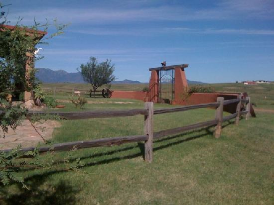 La Hacienda de Sonoita: The front entrance and green views.