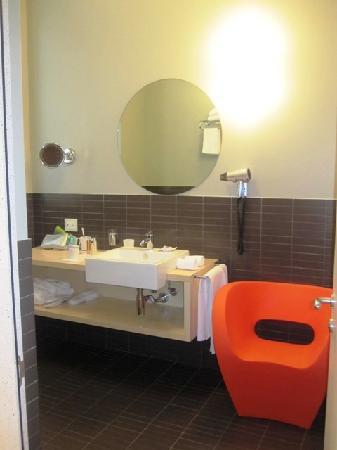 "Petronilla Hotel: Modern bathroom with ""rainforest"" showerhead"
