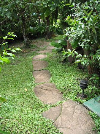 Waku Lodge : Waku path between bedrooms and lodge