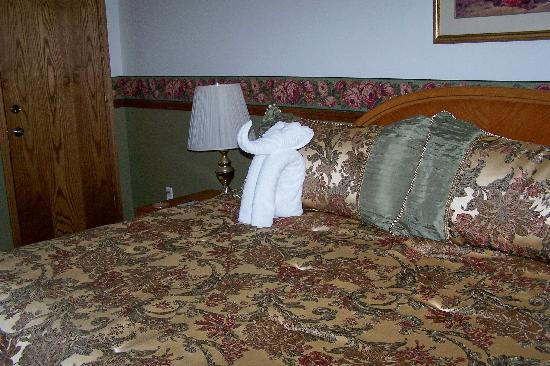 All Seasons Bed and Breakfast Inn: There was a towel sculpture on each bed.