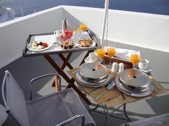 Katikies Hotel: terrace breakfast