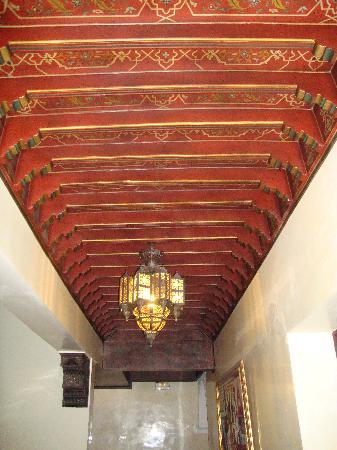 Palais Riad Batoul: Artesonado pasillo