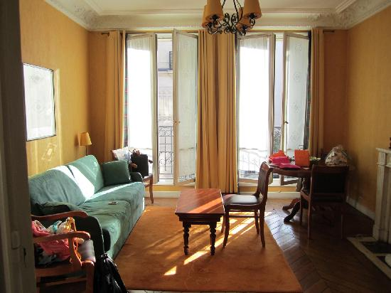 HotelHome Paris 16: A nice bright living room: Double-3-or-4-pers