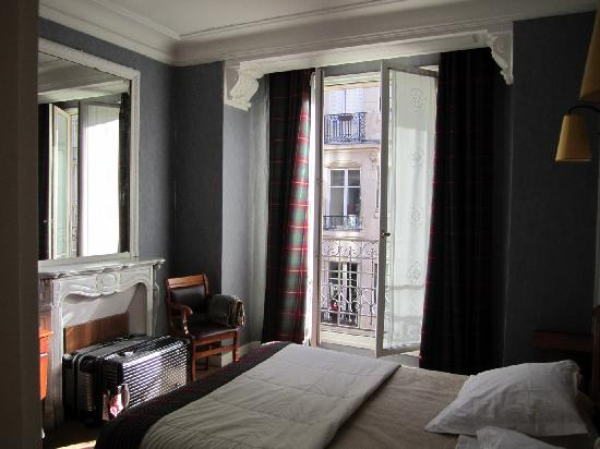 HotelHome Paris 16: A cozy bedroom: Double-3-or-4-pers