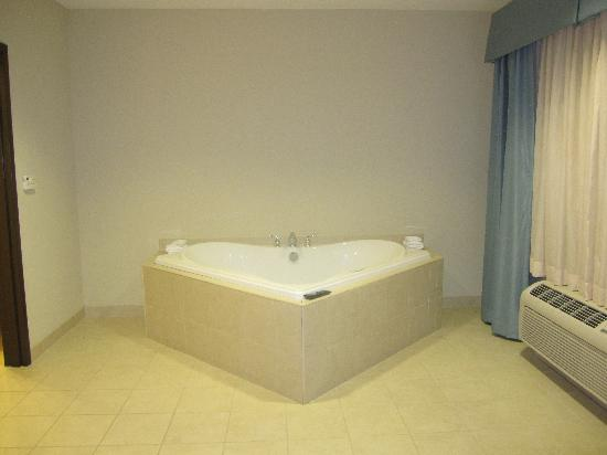 Wingate by Wyndham Lancaster / PA Dutch Country: The jacuzzi gets it's own room with TV
