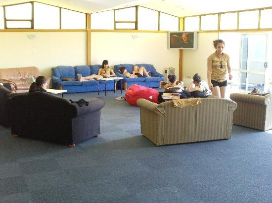 Apple Motor Inn: Huge Lounge area - GREAT  for our Girls