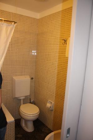 old musty and dirty bathroom photo de nh pisa pise tripadvisor. Black Bedroom Furniture Sets. Home Design Ideas