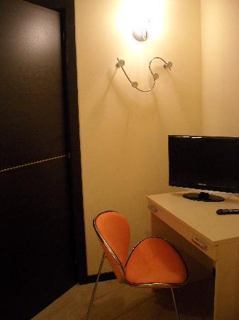 Bed&Breakfast Girasole: Camera: scrivania, tv