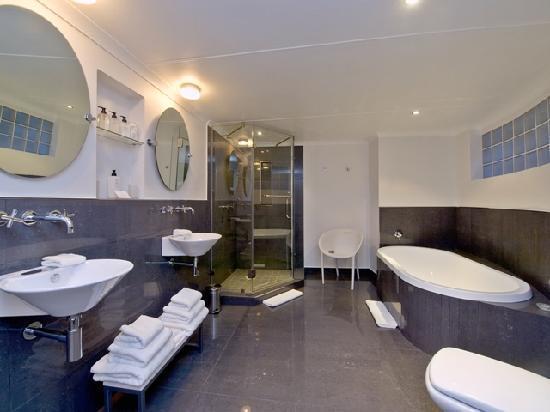 Villa Afrikana Guest Suites: Materolli Bathroom 2010