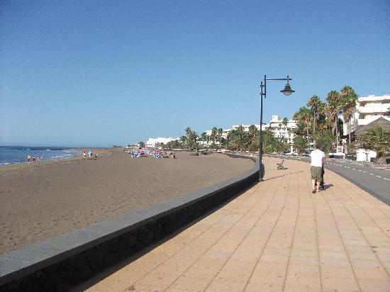Nautilus Lanzarote: the promenade outside the complex