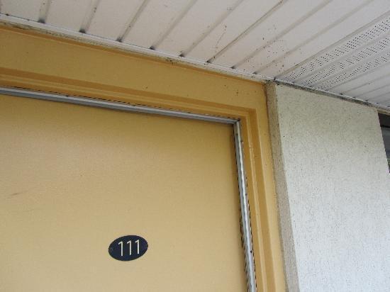 Super 8 Milan/Sandusky Area: Zimmertür außen - inkl. Spinnennetz