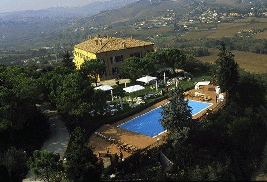 Poggio Berni, Italia: Palazzo Astolfi e la piscina