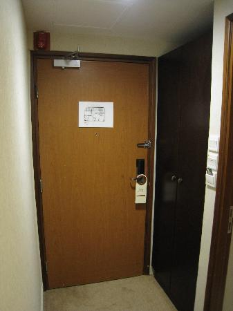 Xi Hotel: Photo Doorway/Small Cabinet[Rm 1001]
