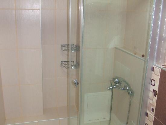 Qınn Otel: baño 2