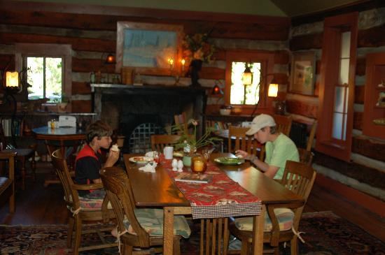 Highland Haven Creekside Inn: Dining Room